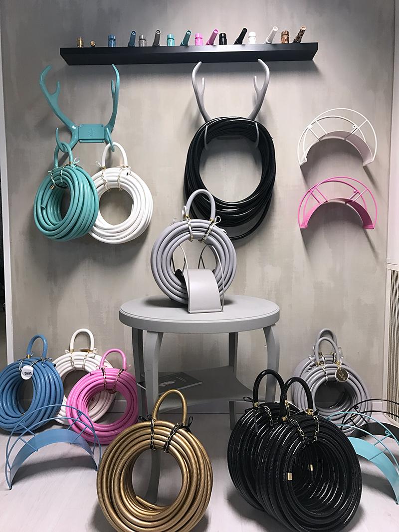 I vårt shoproom finns varje färg just nu för att visa sortimentet för de  som kommer dit. På väggen kalkfärg no 72 Puur a0a7a460ad4e6